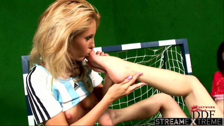 Eurogirlsongirls.com – Babes with ball handling skills! Virginee 2008 Leg Fetish