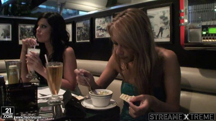 21sextury.com – Up close and personal: in LA with.. Sandy & Madison Parker & Cameron Cruz 2009